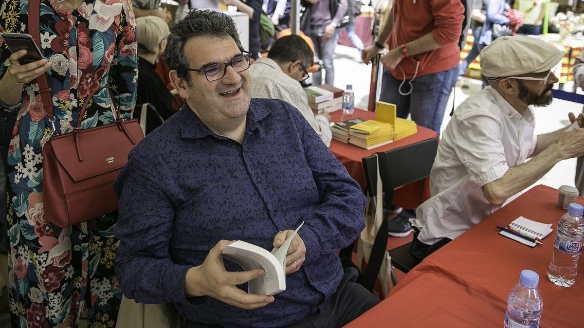 El escritor de Manlleu Jordi Puntí durante la jornada de Sant Jordi