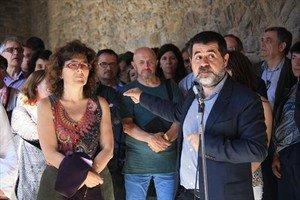 Jordi Sànchez, junto a su rival, Liz Castro, tras ser reelegido ayer presidente de la ANC en Ripoll.