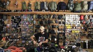 Darío Pérez, en su tienda de artículos militares de la ronda de Sant Antoni.