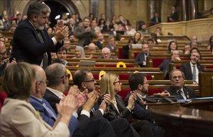 Diputados de JxCat y miembros del Govern en el hemiciclo del Parlament.