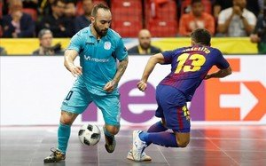 El jugador del Inter Ricardinho intenta superar a Joselito.
