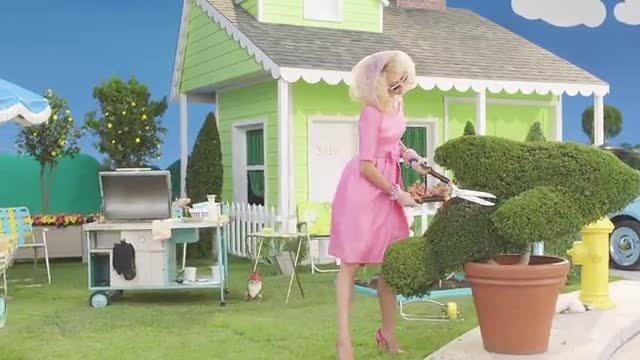 Kim Kardashian se baña en leche en un videoclip de Fergie.