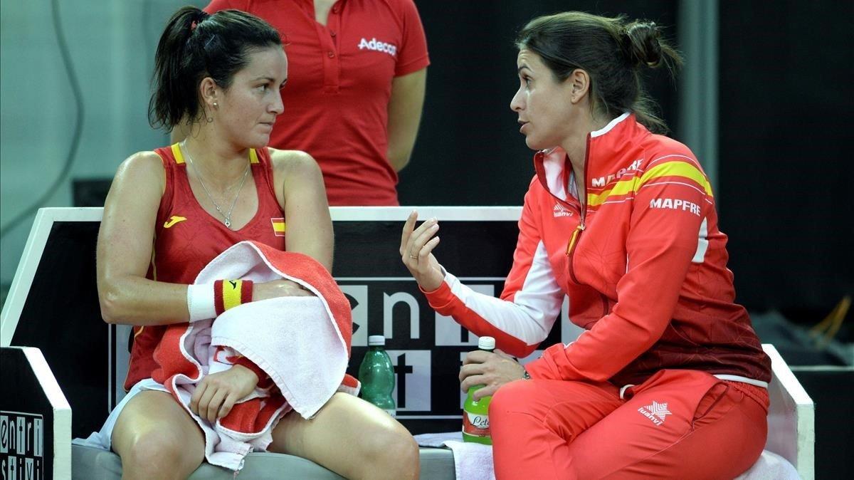 Lara Arruabarrena escucha a la capitana española, Anabel Medina.