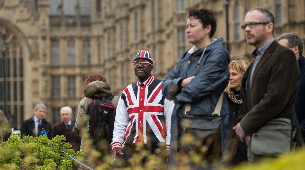 Las afueras del Parlamento británico mientras May informaba del Brexit.