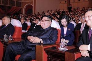 El líder norcoreano, Kim Jong-Un, viendo la actuación conjunta de artistas chinos y norcoreanos en el Teatro de las Artes Mansudae en Pyongyang