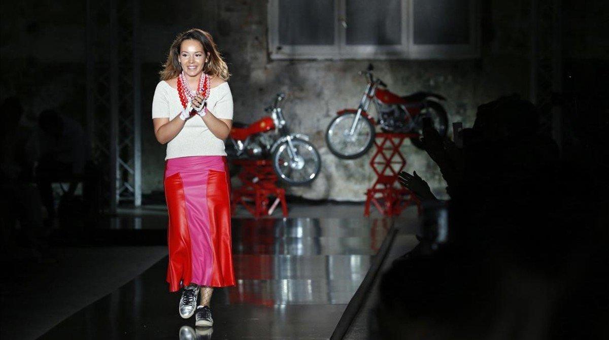 La diseñadora Maria Fontanellas, al final de su desfile de la firma Mietis.
