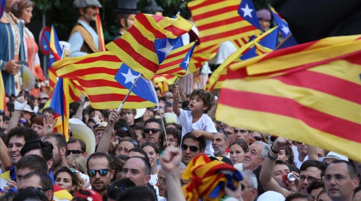 Los manifestantes ondean 'estelades' en Berga.