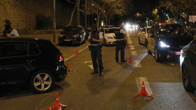 Los Mossos sancionarán a partir de hoy el incumplimiento del toque de queda. En la foto, control de los Mossos, la primera noche de toque de queda en Barcelona.