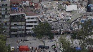 Los servicios de rescate buscan supervivientes atrapados en un edificio hundido tras el seísmo, en Roma Norte, barriada de Ciudad de México, el 20 de septiembre.