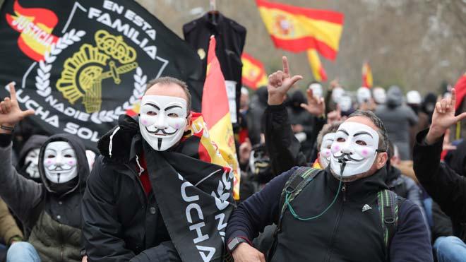La manifestación de policías y guardias civiles en Madrid corta el paseo del Prado.