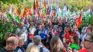 Concentración de delegados sindicales frente al Departament de Salut de la Generalitat, en Barcelona.