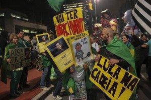 Manifestantes protestan contra el Gobierno brasileño, la pasada noche, enSao Paulo (Brasil).
