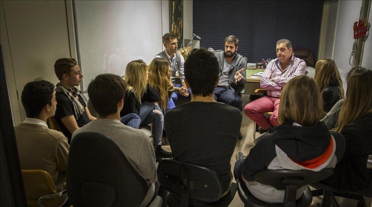 Marc Masip, en el centro de la imagen, con otros terapeutas, durante una charla a menores.