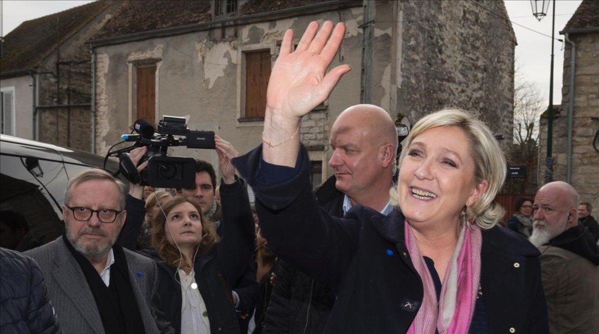 Marine Le Pen, en una visita electoral a la localidad de Le Vaudoue.