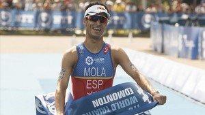 Mario Mola cruza victorioso la meta en el triatlón de Edmonton.