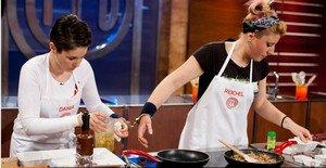 Dania, la expulsada de anoche, y Reichel, cocinando esposadas en 'Masterchef'.