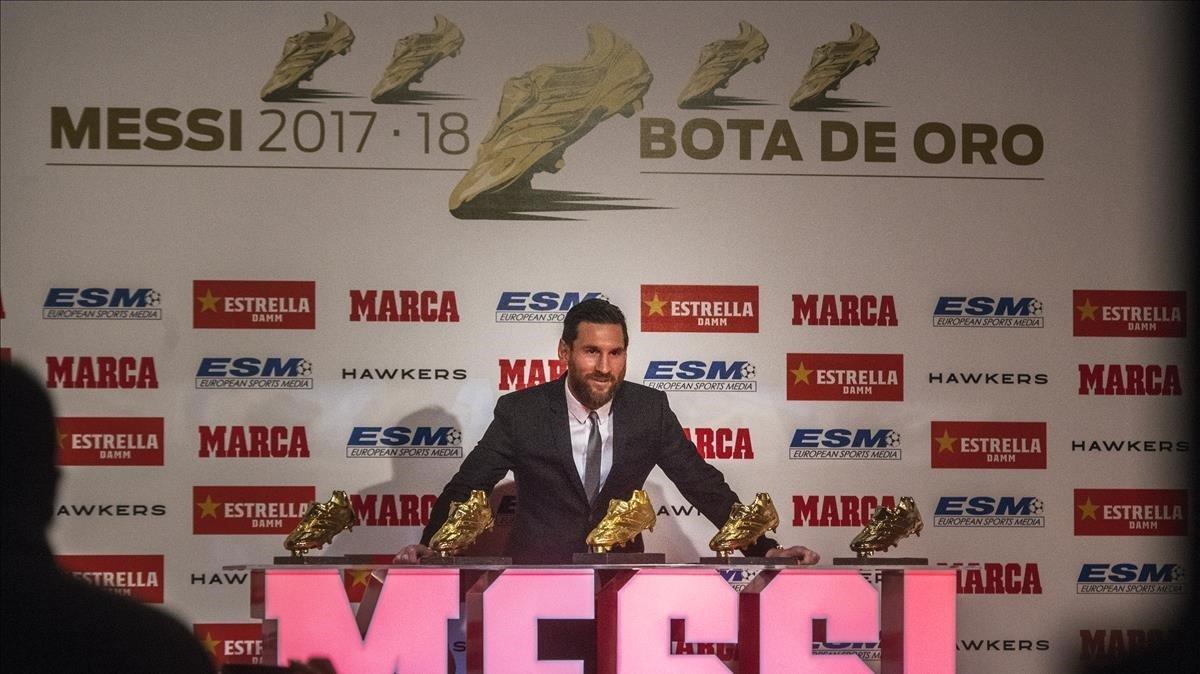 Messi posa con las cinco Botas de Oro que le acreditan como el máximo goleador europeo.