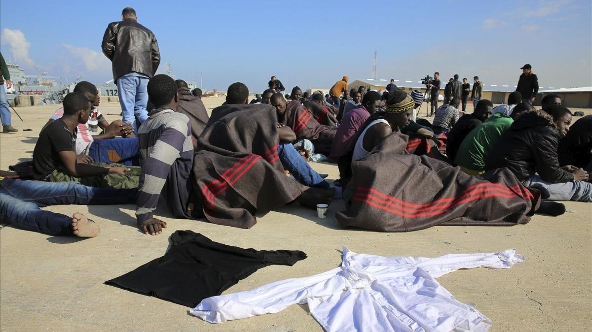 Migrantes en Libia tras ser rescatados en alta mar.