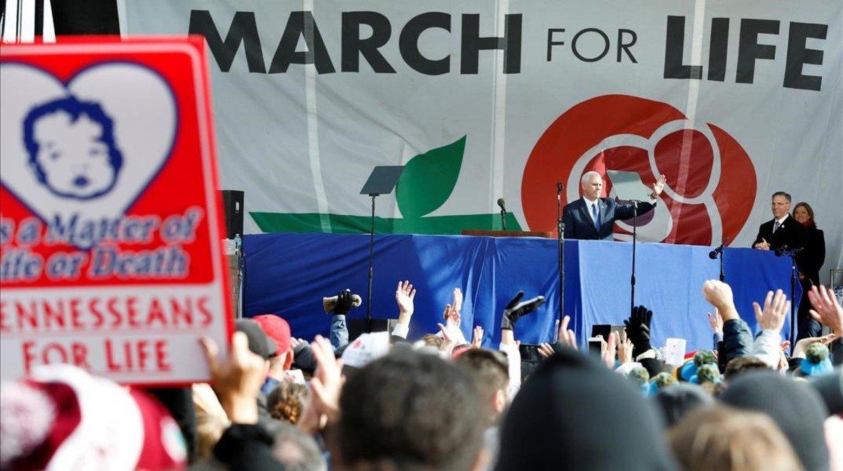 Mike Pence saluda a los manifestantes en la anual Marcha por la Vida en Washington, el 27 de enero.