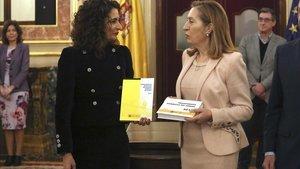 La ministra de Hacienda, María Jesús Montero, entrega el proyecto de ley de Presupuestos a la presidenta del Congreso, Ana Pastor.