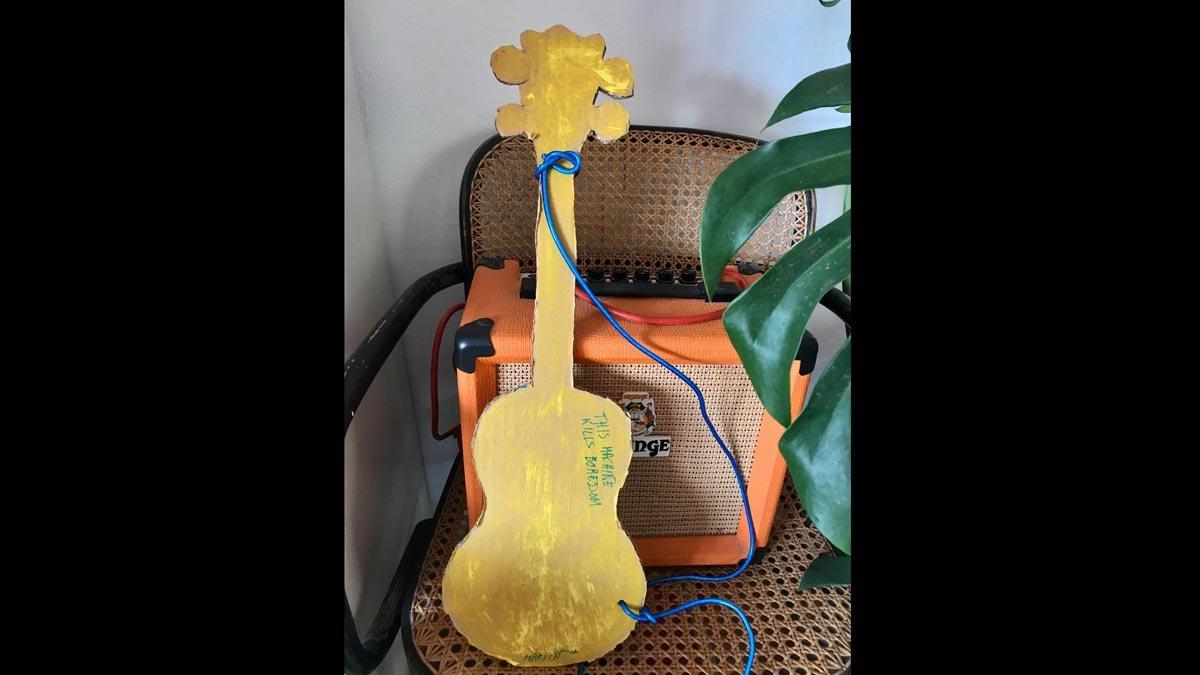 Esta guitarra fabricada en'chez' Otero-Blanco es casi mejor que la de Woody Guthrie, porque mata el aburrimiento.