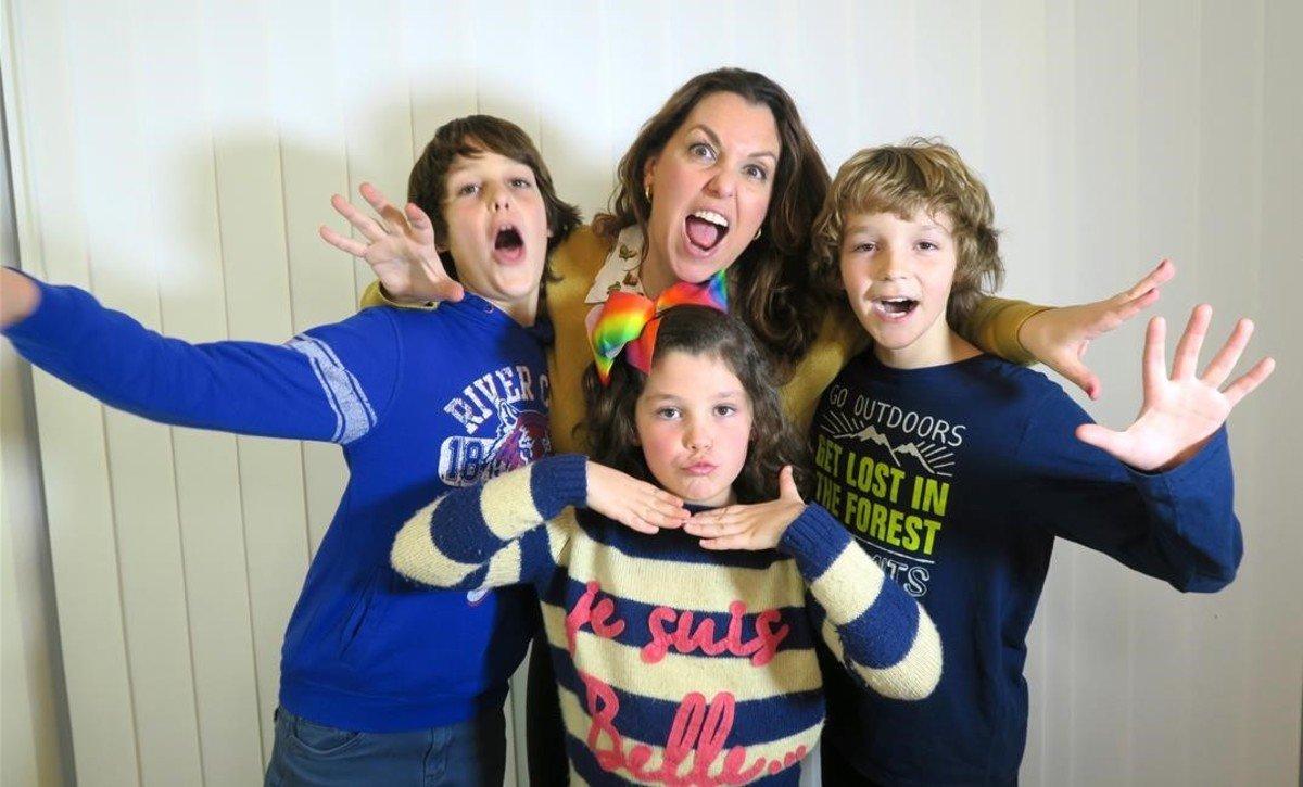 Mónica Vicente con sus hijos Mateo, Daniela y Hugo.