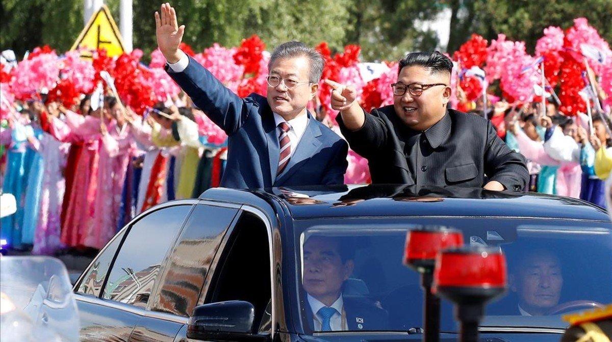 Moon Jae-in y Kim Jong-un saludan a los ciudadanos norcoreanos que les han aclamado por las calles de Pyongyang.