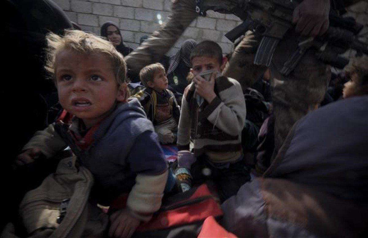 Un grupo de niños refugiados trashuir de la ciudad de Mosul.