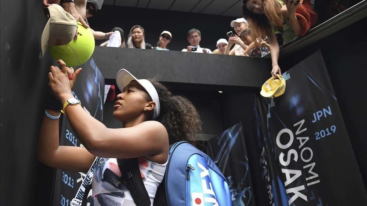 Naomi Osaka firma autógrafos tras un partido del Abierto de Australia en la edición del 2020.