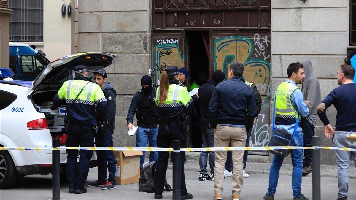 Redada policial en un narcopiso del Raval de Barcelona, el pasado mes de marzo.