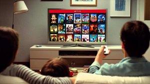 Unos usuarios consultando el menú de Netflix.
