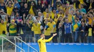 Neymar celebra con la 'torcida' su gol a Colombia en el partido de cuartos de final de los Juegos Olímpicos de Río-2016.