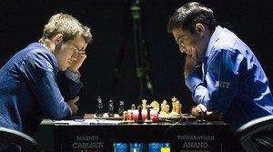 El noruec Magnus Carlsen (esquerra) i lindi Vishwanathan Anand, durant l11a partida pel títol mundial descacs, a Sotxi.