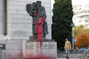 Estado en el que ha aparecido hoy la estatua del ministro republicanoy dirigente socialista Indalecio Prieto, situada en la zona de Nuevos Ministerios, que junto a la de Francisco Largo Caballero han sido objeto de un nuevo ataque con pintura roja.
