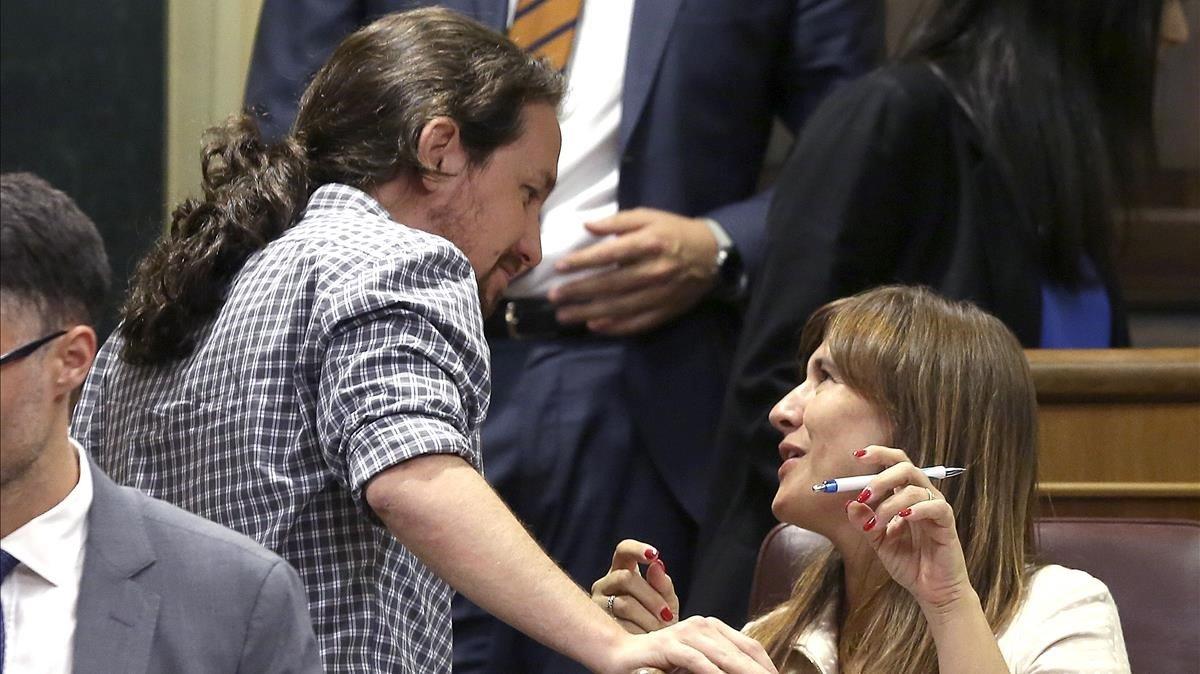 Pablo Iglesias habla con Laura Borràs, este lunes.