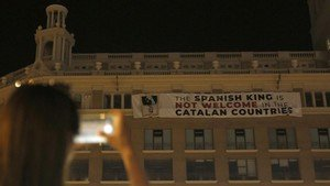 La pancarta que afirma que el Rey no es bienvenido a Catalunya, este jueves por la noche, 16 de agosto, en el edificio de plaça Catalunya, 9.