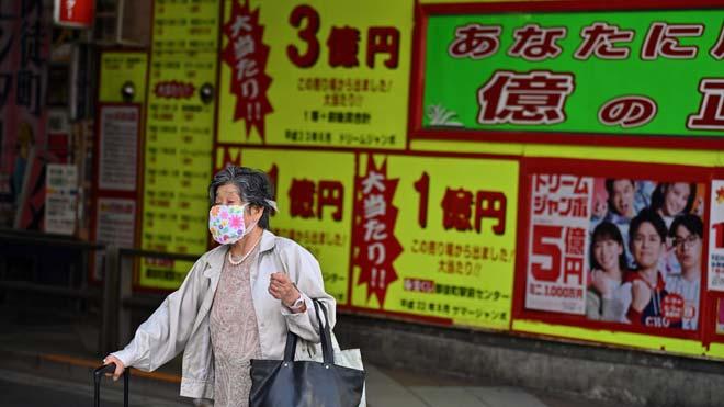 La pandemia de coronavirus supera los 350.000 muertos en todo el mundo. En la foto, una mujer con mascarilla en Tokio.