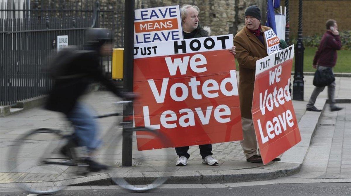 Partidarios del brexit se manifiestan en los aledaños del Parlamento británico, en Londres.