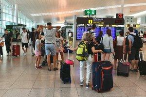 Pasajeros, en el aeropuerto de Barcelona-El Prat, en el primer día de huelga del personal de tierra de Iberia.