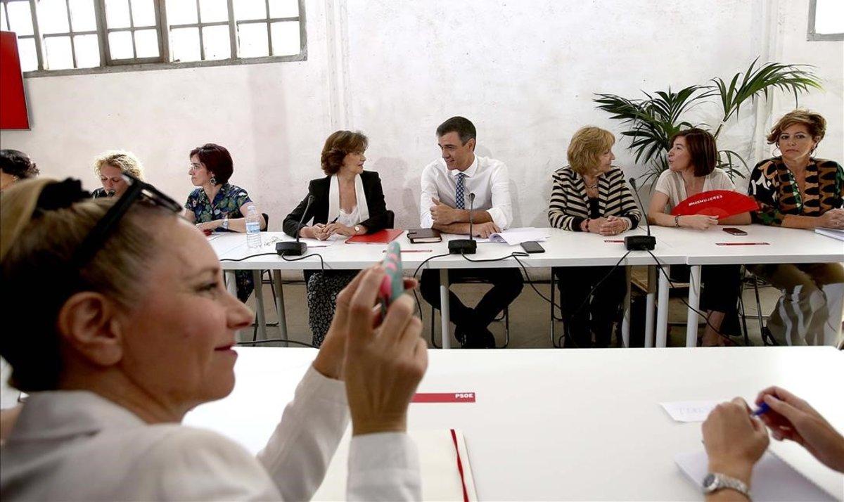 Pedro Sánchez y Carmen Calvo en una reunión con asociaciones de Igualdad.