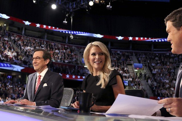La periodista Megyn Kelly, junto a los otros moderadores del debate de candidatos republicanos.
