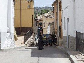 La policía, durante el registro de la casa familiar de Sergio Morante en Palomera (Cuenta).
