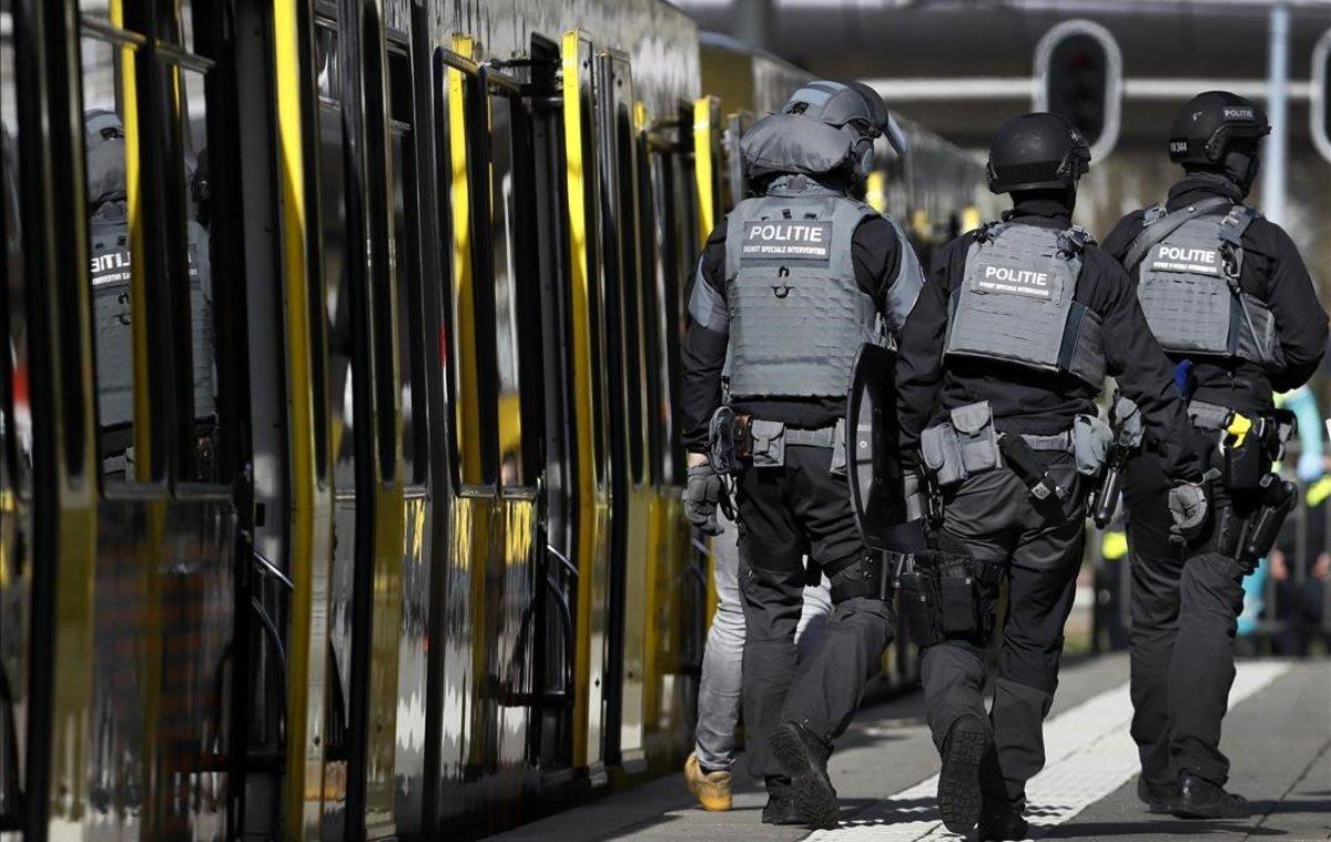 Policías al lado del tranvía donde se ha producido el Tiroteo, en Utrecht.