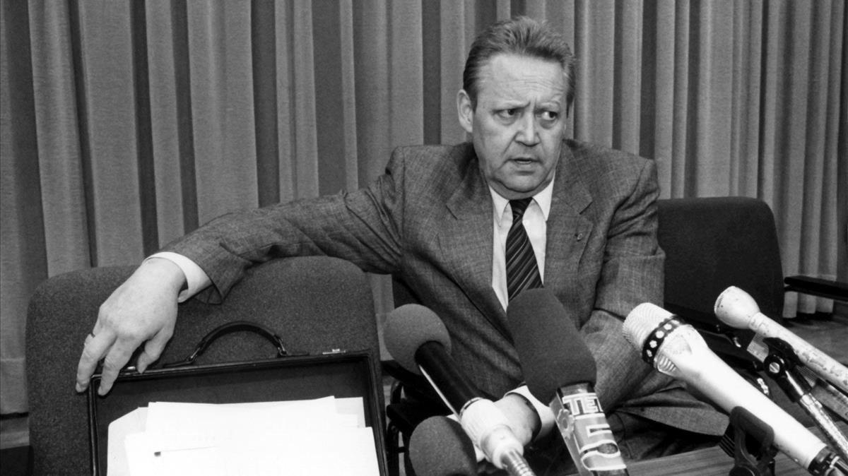 El portavoz del Politburó de la RDA, Günter Schabowski, durante la rueda de prensa que ofreció el 9 de noviembre de 1989.