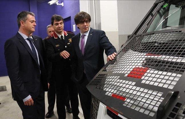 El 'president' Carles Puigdemont, durante la inauguración de lacomisaría de los Mossos en l'Ametlla de Mar, este viernes.