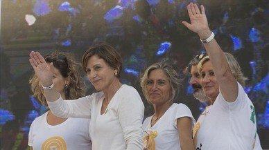 La presidenta del Parlament, Carme Forcadell, saluda en la manifestación de Tarragona.