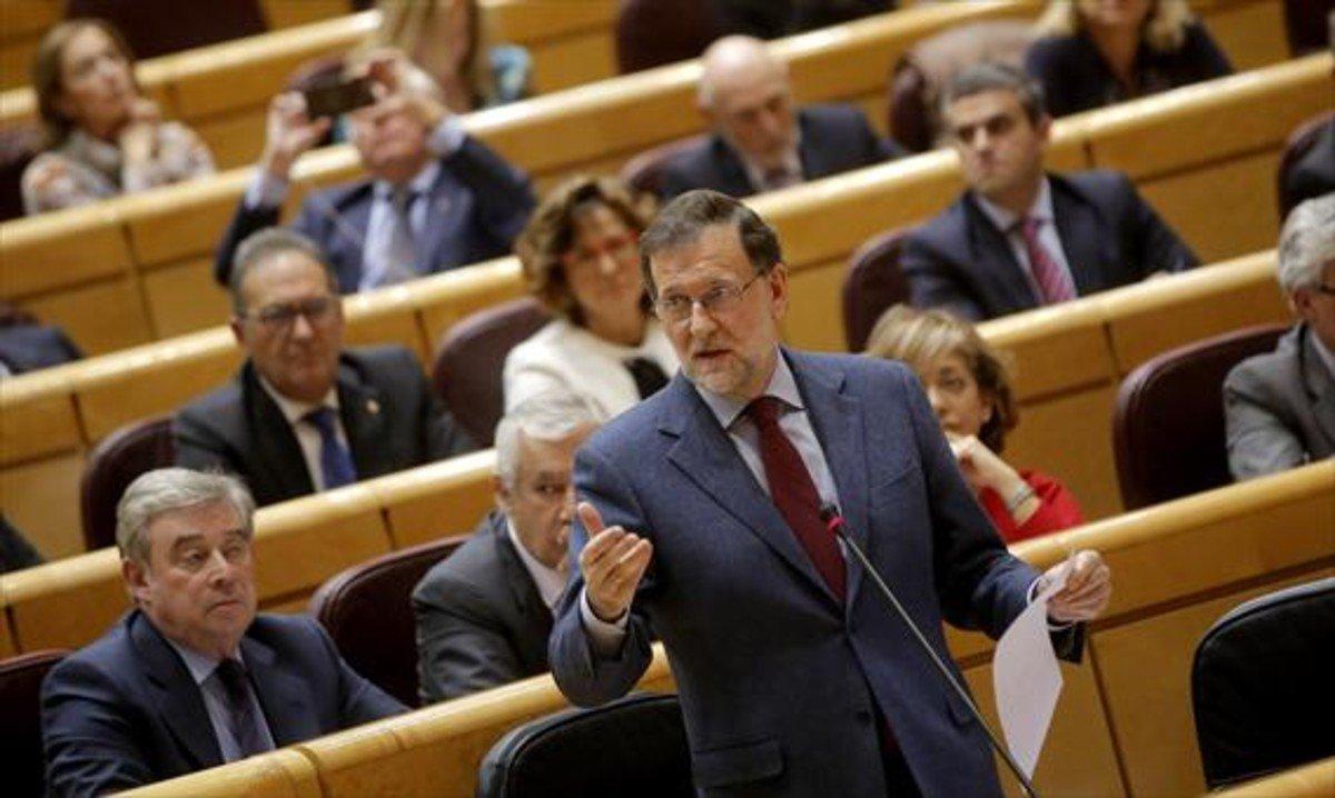 El presidente del Gobierno, Mariano Rajoy, habla desde su escaño en el pleno del Senado.