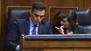 El presidente del Gobierno, Pedro Sánchez, y la vicepresidentaCarmen Calvo, este martes, en la sesión constitutivadel Congreso de los Diputados.