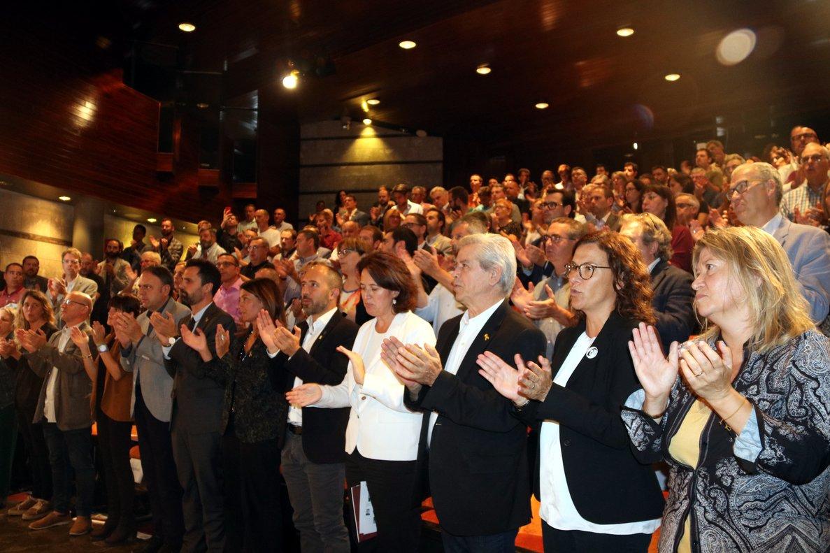 El presidente del Parlament, Roger Torrent, y la 'consellera' de Presidència, Meritxell Budó, con los alcaldes de la AMI.