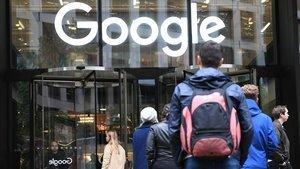 Protesta de empleados de Google contra el acoso sexual delante de su sede londinense.